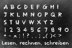 Schultafel mit Buchstaben und Zahlen