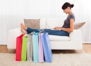 Kundin beim Online Shopping